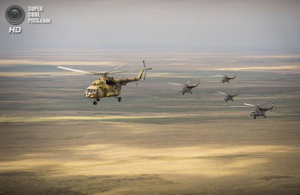 Казахстан. Жезказган. 11 сентября. Российские поисково-спасательные вертолёты летят на место приземления капсулы. (AP Photo/NASA, Bill Ingalls)