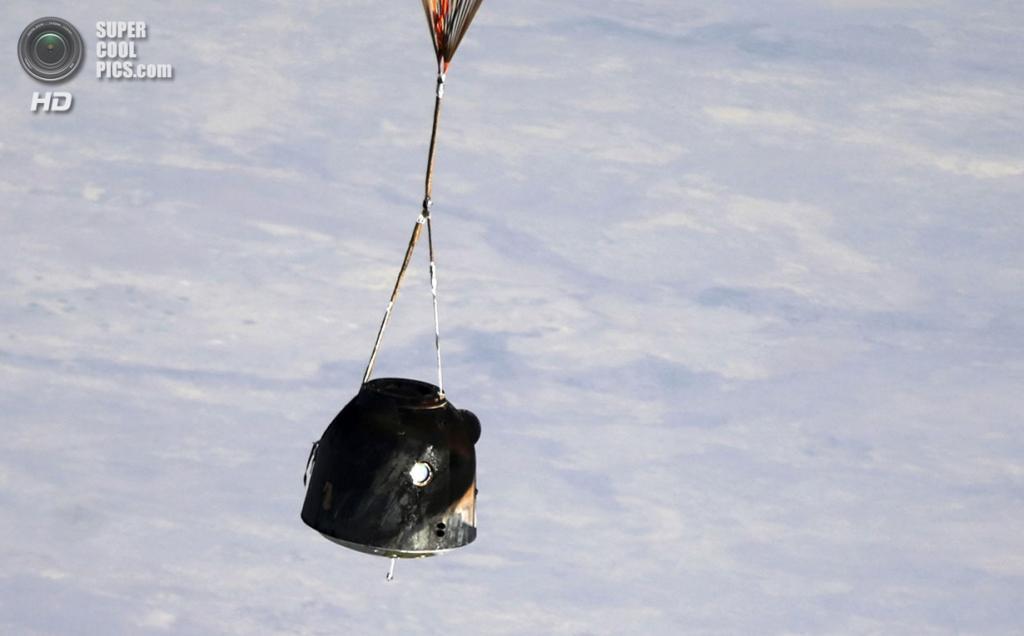 Казахстан. Жезказган. 11 сентября. Капсула с космонавтами. (AP Photo/Maxim Shipenkov)