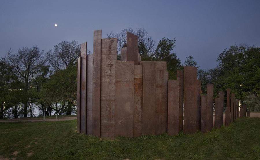 США. Остин, Техас. Общественный туалет Trail Restroom, спроектированный Miro Rivera Architects. (Paul Finkel)