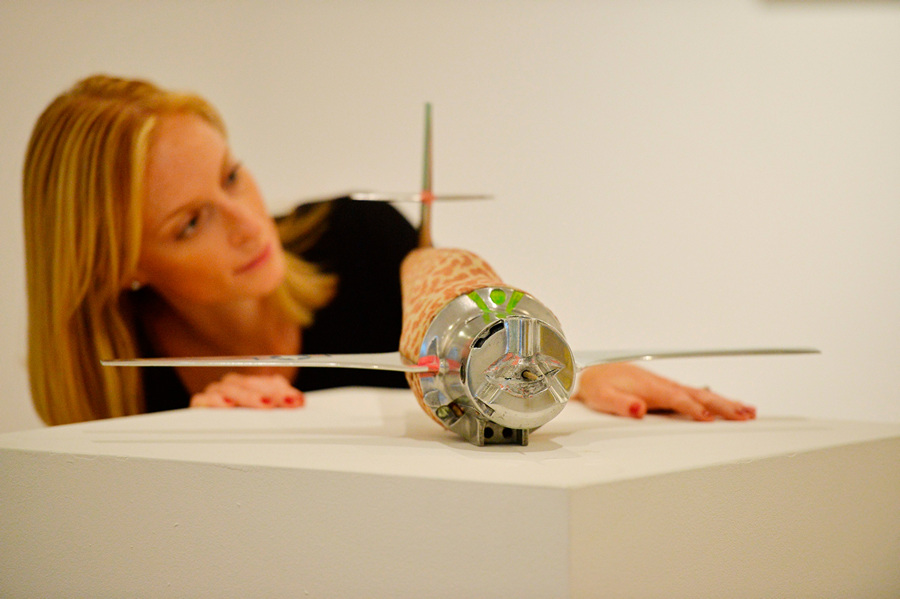 Великобритания. Лондон. 8 октября. Работа Колина Селфа «Leopardskin Nuclear Bomber No.1» на пресс-показе выставки «When Britain Went Pop!» в галерее Christie's Mayfair. (BEN STANSALL/AFP/Getty Images)