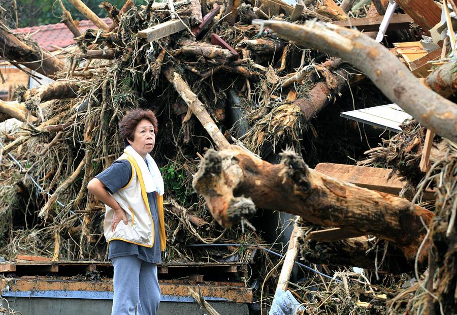 Япония. Осима, Токио. 16 октября. Последствия тайфуна «Випа». (AP Photo/Kyodo News)
