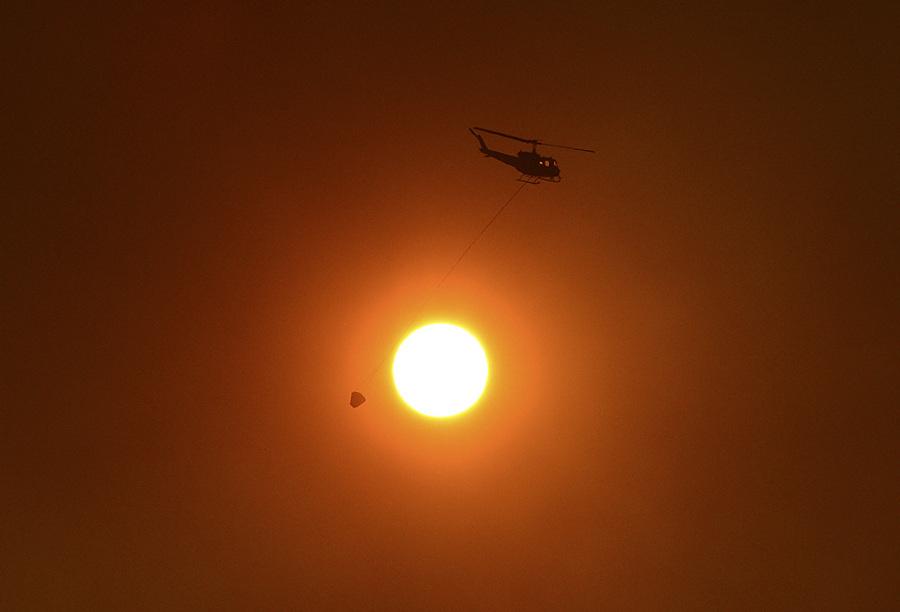 Австралия. Новый Южный Уэльс. 20 октября. Борьба с лесными пожарами близ Сиднея. (REUTERS/Stringer)