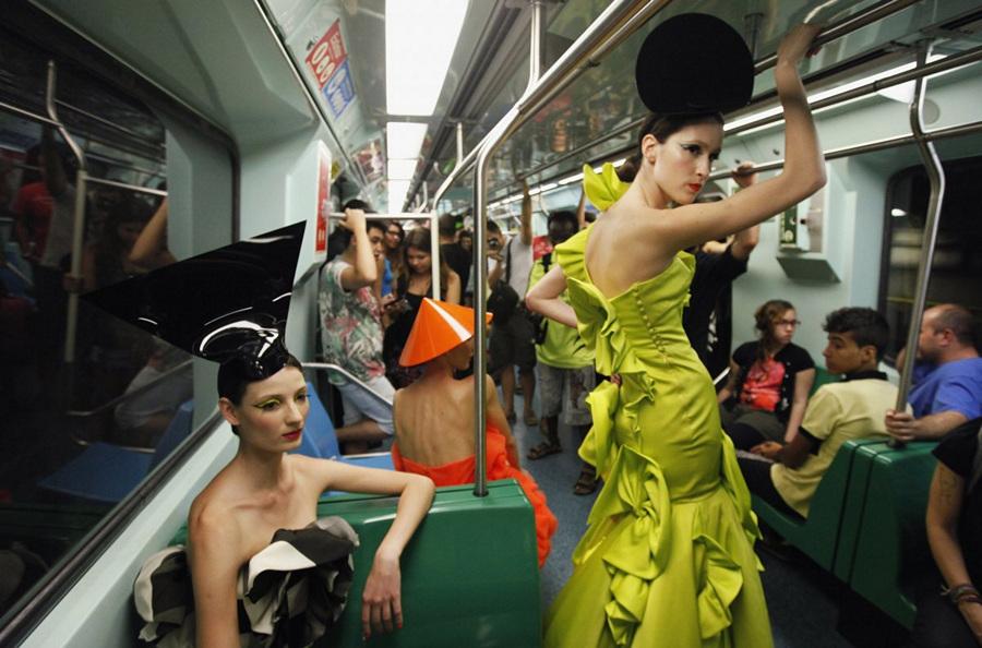 Показ мод в метрополитене Сан-Паулу (8 фото)