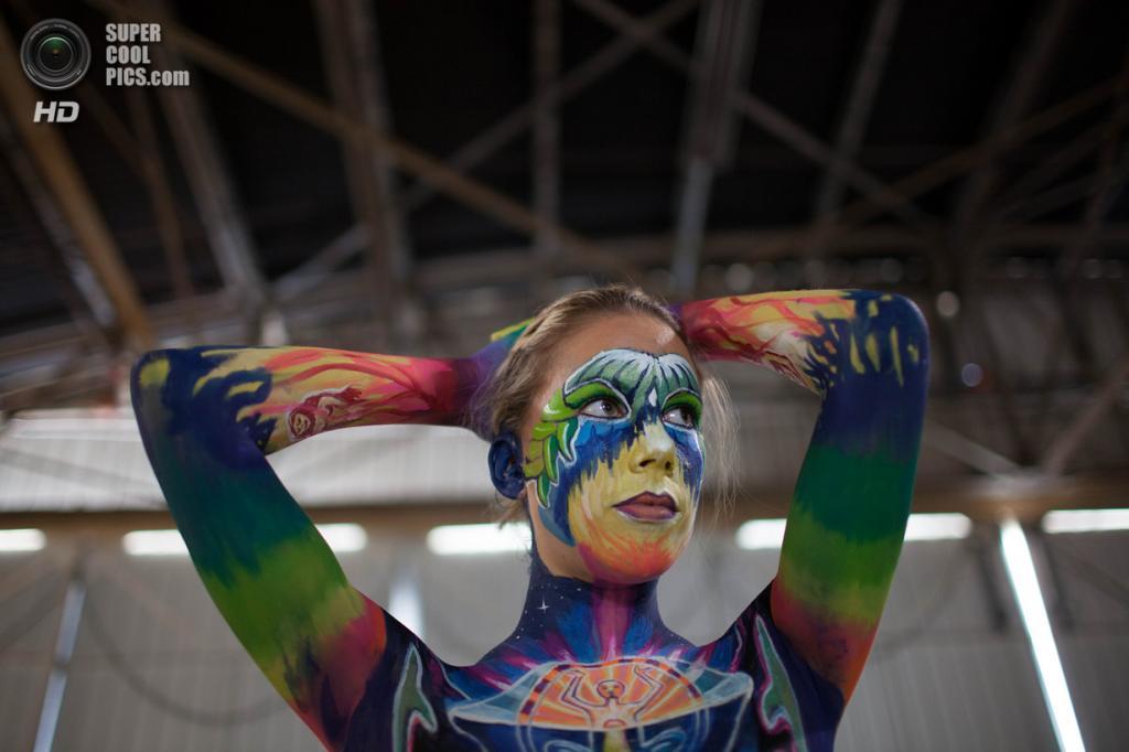 США. Атланта, Джорджия. 28 сентября. Итальянская модель Валерия Хаслер на фестивале «Living Art America / Bodies as a Work of Art». (AP Photo/Branden Camp)