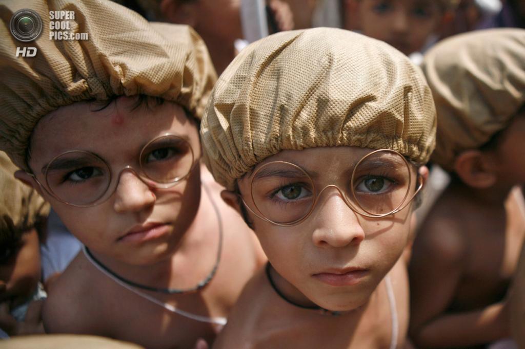 Индия. Ченнаи, Тамилнад. 2 октября. Индийские дети в образе Махатмы Ганди идут на празднование 144-й годовщины его рождения. (AP Photo/Arun Sankar K)