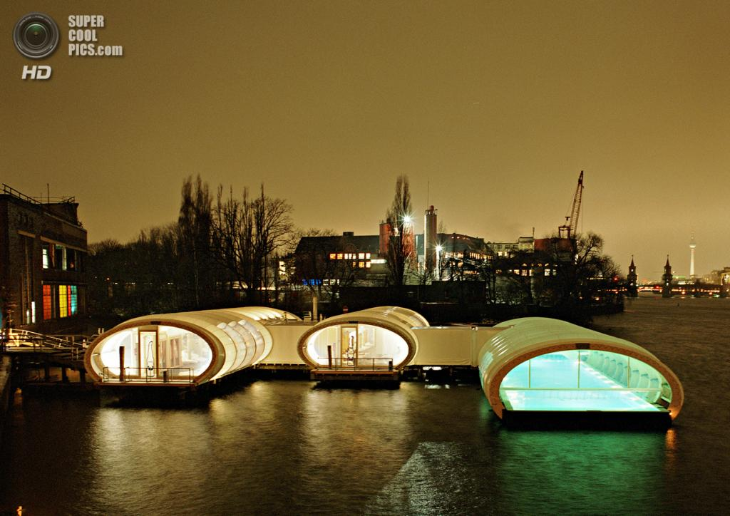 Германия. Берлин. Комплекс Badeschiff, спроектированный Wilk-Salinas Architekten. (Kulturarena Veranstaltungs)