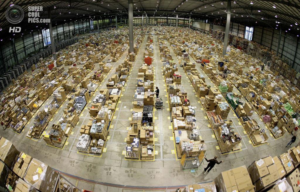Великобритания. Милтон-Кинс, Бакингемшир, Англия. 17 ноября 2006 года. Рабочие на складе британского подразделения Amazon.com. (REUTERS/Dylan Martinez)