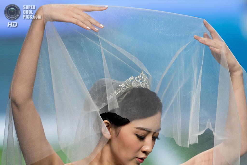 Китай. Пекин. 27 октября. Новая коллекция Tsai Meiyue на Неделе моды в Пекине. (AP Photo/Andy Wong)