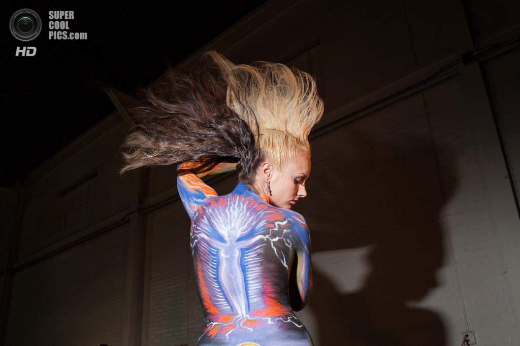 США. Атланта, Джорджия. 28 сентября. Модель Мишель Корп на фестивале «Living Art America / Bodies as a Work of Art». (AP Photo/Branden Camp)