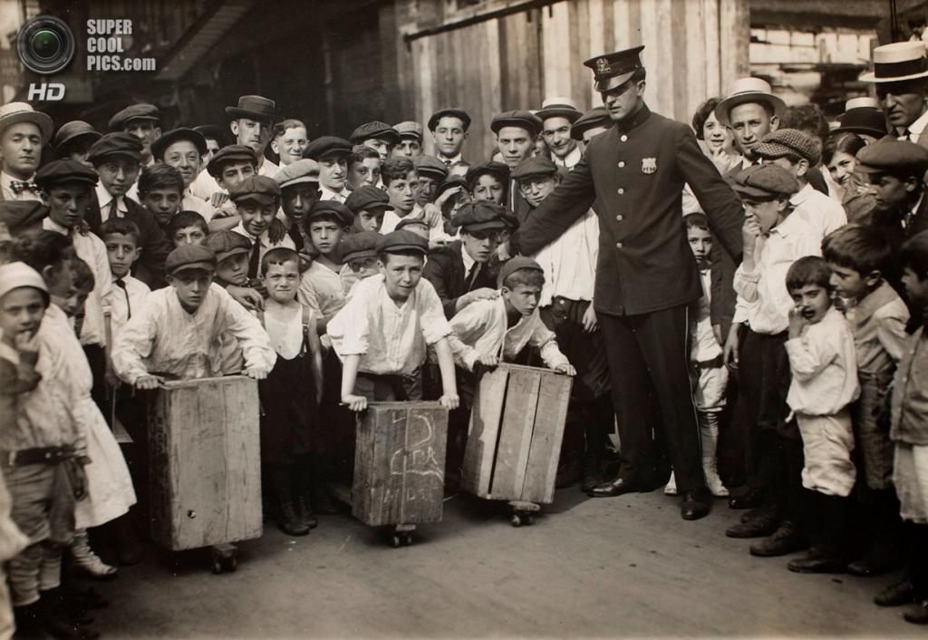 «Уличное представление в ранние годы», 1910 год. (Lewis W. Hine/George Eastman House Collection)