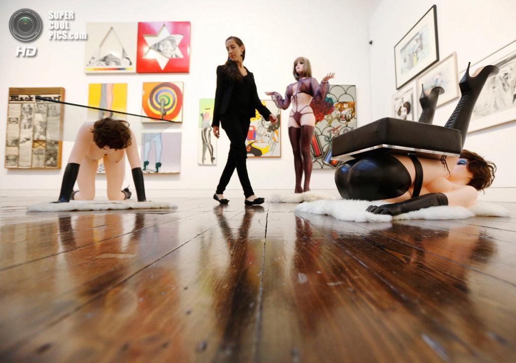 Великобритания. Лондон. 8 октября. Работа Аллена Джонса «Hatstand, Table and Chair» на пресс-показе выставки «When Britain Went Pop!» в галерее Christie's Mayfair. (REUTERS/Luke MacGregor)