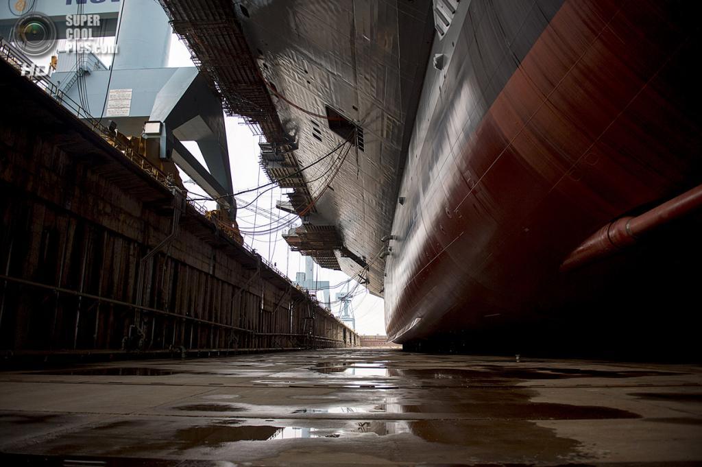 США. Ньюпорт-Ньюс, Виргиния. 11 октября. Авианосец CVN 78 «Джеральд Р. Форд»  в 12-м сухом доке. (AP Photo/The Virginian-Pilot, Amanda Lucier)