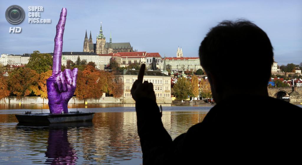 Чехия. Прага. Новая скульптура чешского скульптора Давида Чёрного на реке Влтава. (Tomas Krist)