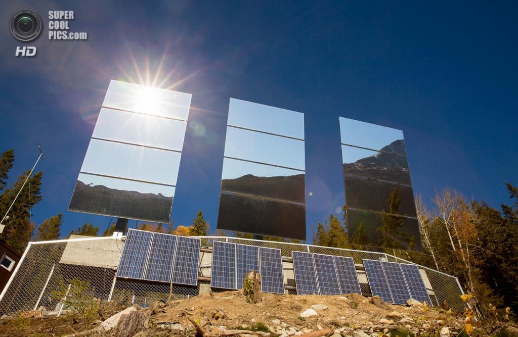 Норвегия. Рьюкан, Телемарк. 18 октября. Гигантские зеркала, отражающие лучи солнца. (REUTERS/Tore Meek/NTB Scanpix)