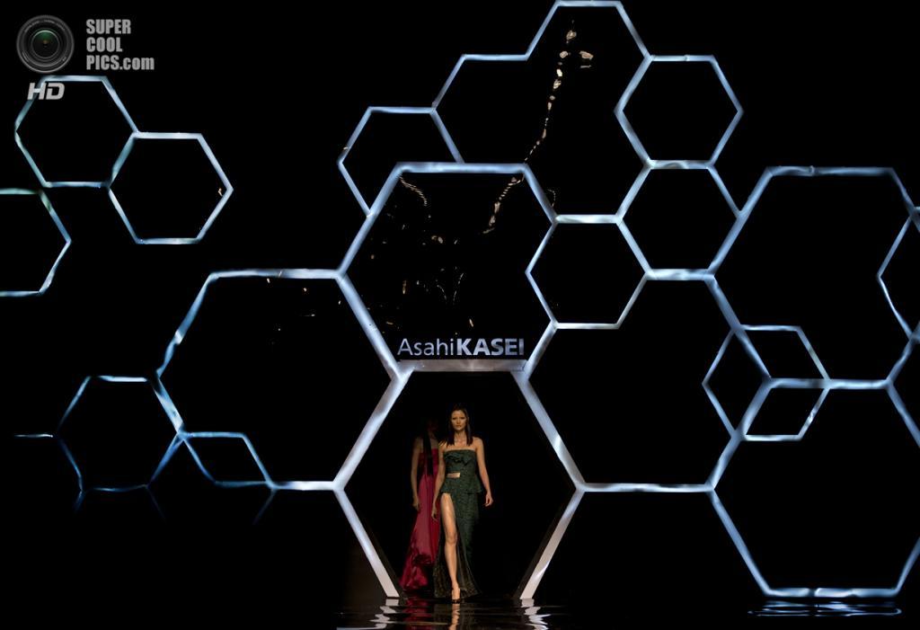 Китай. Пекин. 27 октября. Новая коллекция Lu Shengqian на Неделе моды в Пекине. (AP Photo/Andy Wong)