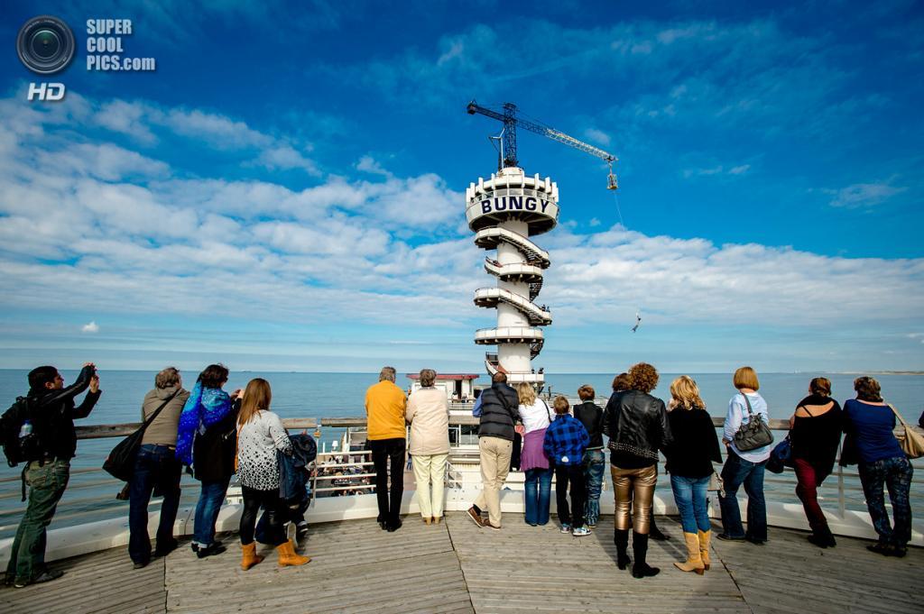 Нидерланды. Схевенинген, Гаага. 7 октября. На знаменитом пирсе, который будет закрыт в конце недели. (ANP/Robin van Lonkhuijsen)