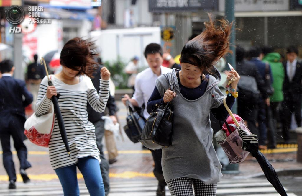 Япония. Токио. 16 октября. Ливень и ветер, вызванные тайфуном «Випа». (YOSHIKAZU TSUNO/AFP/Getty Images)