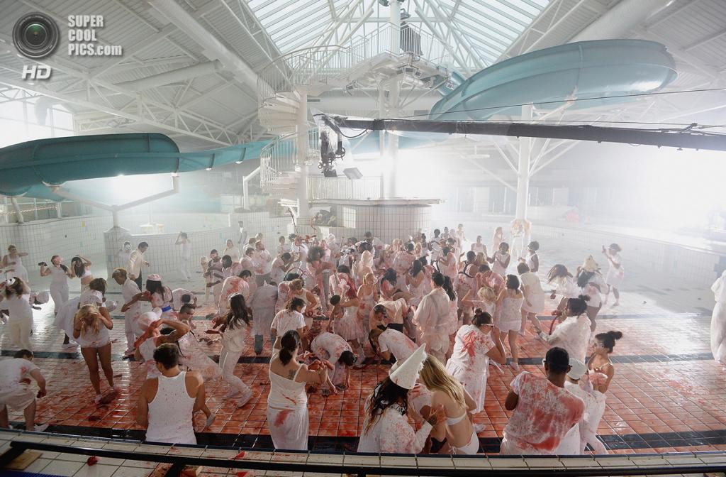 Великобритания. Баркинг и Дагенем, Лондон. Во время вечеринки в пусном бассейне. (Dave J. Hogan/Getty Images)