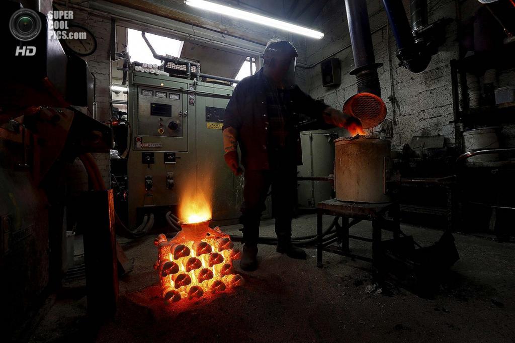 Великобритания. Саутгемптон, Англия. Работник Polycast Limited Рональд Парр плавит сталь перед заливкой на форму. (REUTERS/Stefan Wermuth)