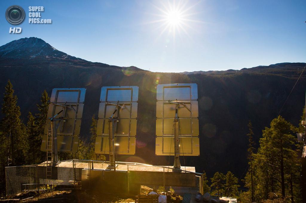 Норвегия. Рьюкан, Телемарк. 18 октября. Гелиостаты — управляемые компьютером поворотные механизмы — управляют положением зеркал, следуя за солнцем. (REUTERS/Tore Meek/NTB Scanpix)