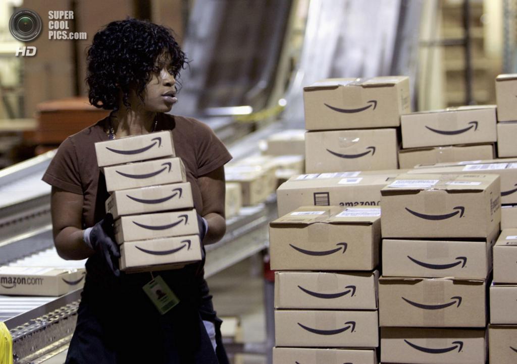США. Нью-Касл, Делавэр. 24 ноября 2006 года. Работник склада Amazon.com собирает продукцию для отгрузки клиентам. (REUTERS/Tim Shaffer)