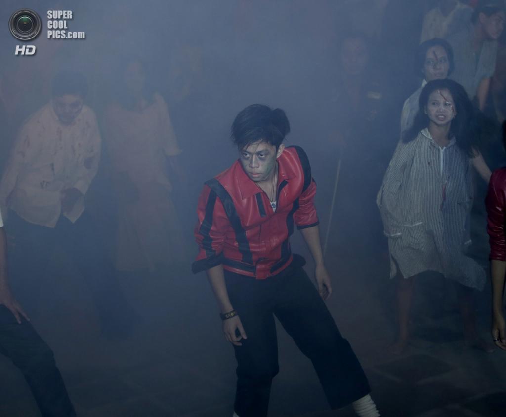 Филиппины. Обандо, Булакан. 27 октября. Танцоры, исполняющие танец зомби из легендарного клипа Майкла Джексона на песню «Thriller» в честь её 30-летия. (AP Photo/Bullit Marquez)