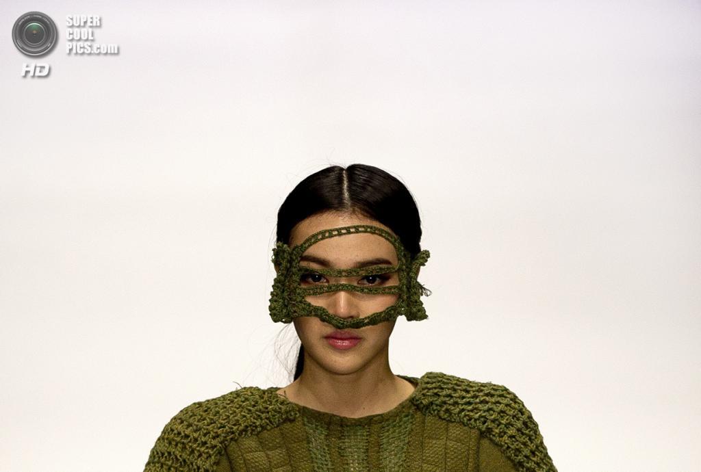Китай. Пекин. 28 октября. Новая коллекция Wang Xiaoyu на Неделе моды в Пекине. (AP Photo/Andy Wong)