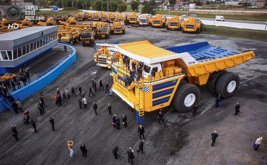 Демонстрация самосвала БелАЗ-75710 — самого большого самосвала в мире. (SWNS.com)