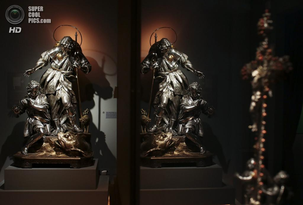Италия. Рим. 29 октября. Статуя Святого Януария отражается в зеркале. (REUTERS/Tony Gentile)