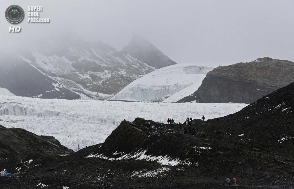 Перу. Уарас, Анкаш. 19 сентября. Туристы на леднике Пасторури. (REUTERS/Mariana Bazo)