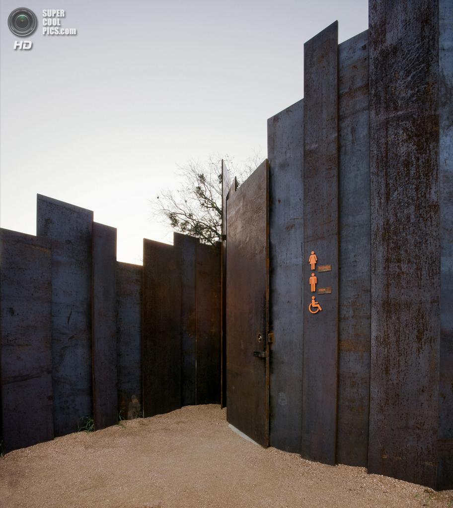 США. Остин, Техас. Общественный туалет The Restroom, спроектированный Miró Rivera Architects. (Paul Finkel)