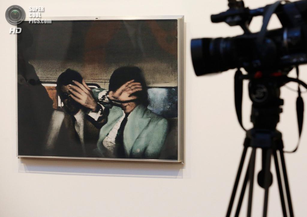 Великобритания. Лондон. 8 октября. Работа Ричарда Гамильтона «Swingeing London» на пресс-показе выставки «When Britain Went Pop!» в галерее Christie's Mayfair. (REUTERS/Luke MacGregor)
