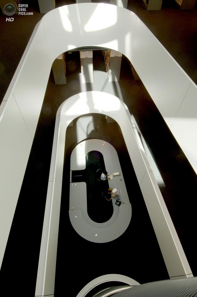 Германия. Берлин. Библиотека факультета филологии Свободного университета Берлина, спроектированная Foster + Partners. (Nigel Young)