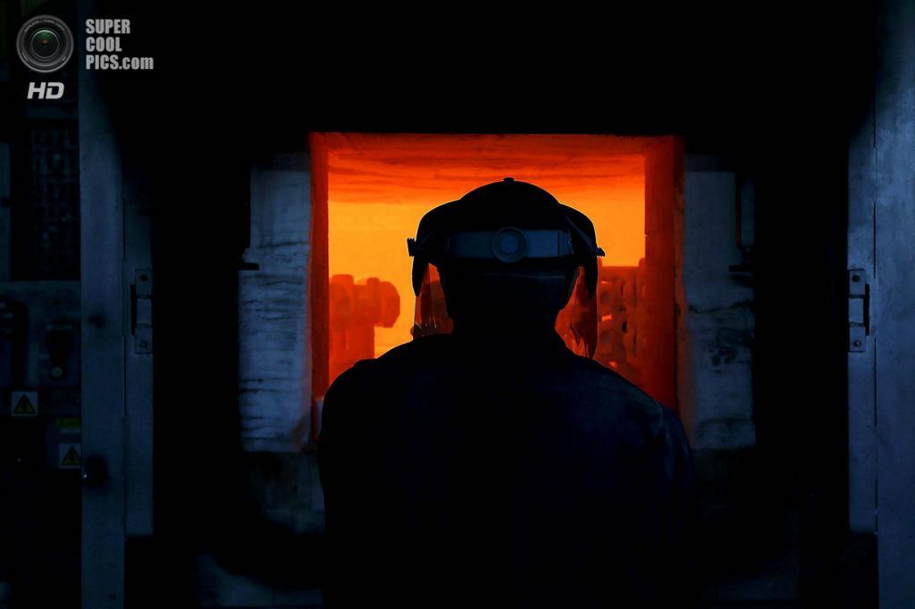 Великобритания. Саутгемптон, Англия. Томас О'Донохью у печи. (REUTERS/Stefan Wermuth)