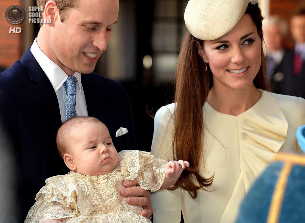 Великобритания. Лондон. 23 октября. Перед церемонией крещения принца Джорджа Кембриджского. (AFP PHOTO/JOHN STILLWELL)