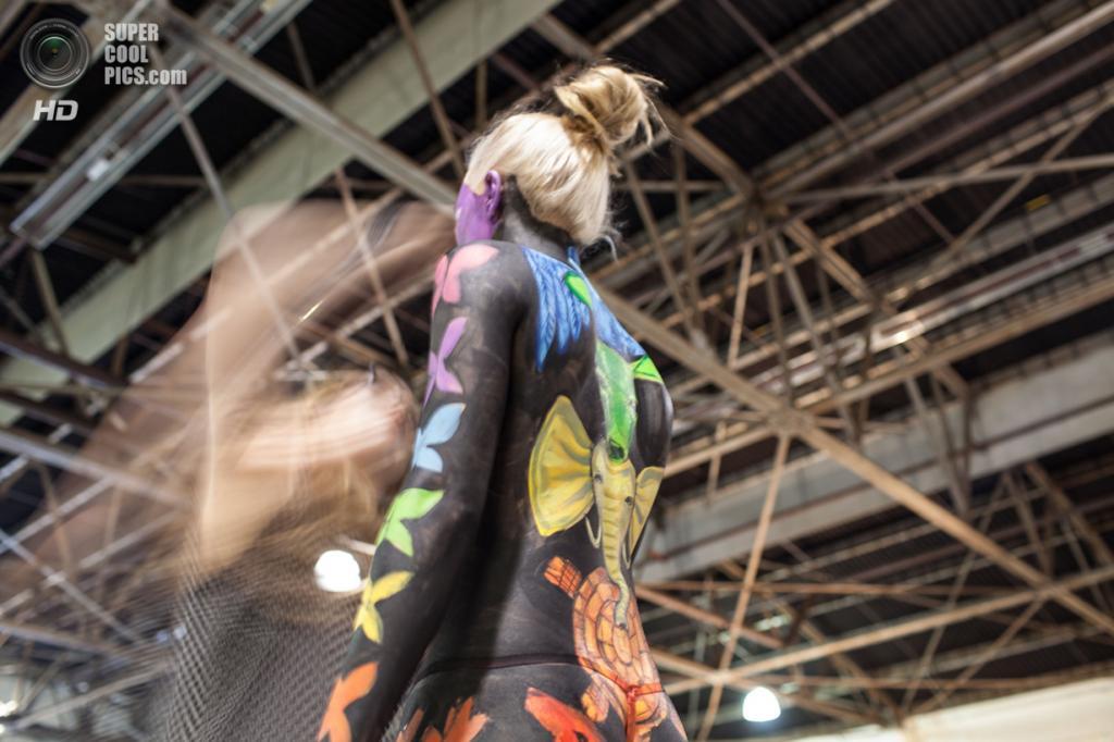 США. Атланта, Джорджия. 28 сентября. Художница Лиза Смит разукрашивает модель Дарриану Реду на фестивале «Living Art America / Bodies as a Work of Art». (AP Photo/Branden Camp)