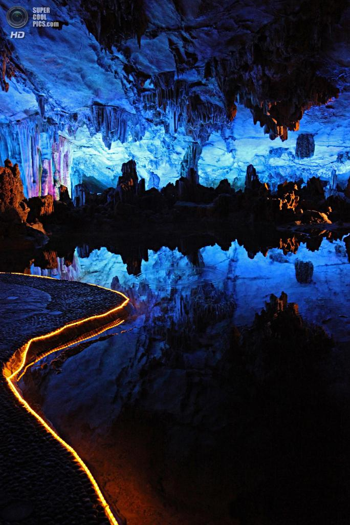 Китай. Гуйлинь, Гуанси. Пещера тростниковой флейты. (Alfonso Lucifredi)