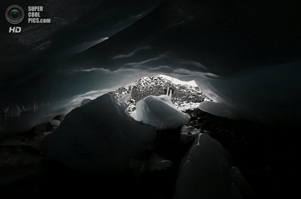 Перу. Уарас, Анкаш. 19 сентября. Ледяная пещера на переднем краю ледника Пасторури. (REUTERS/Mariana Bazo)