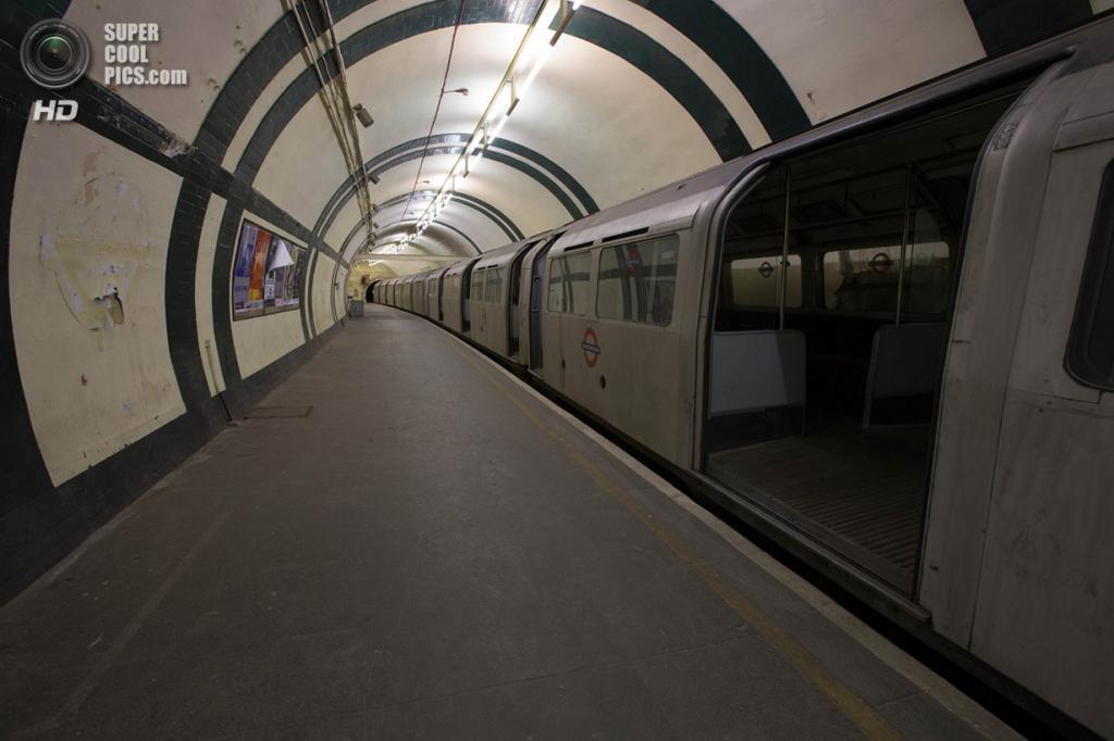 Великобритания. Лондон. Пустые вагоны внутри заброшенной станции метро «Олдвич» на линии Пикадилли. (Bradley Garrett)