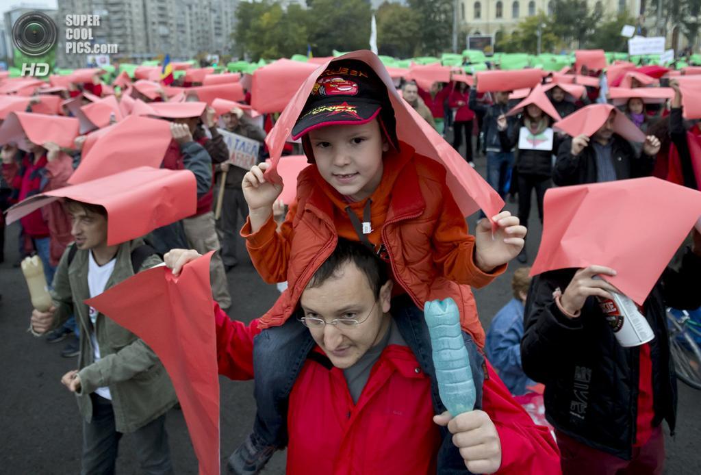 Румыния. Бухарест. 13 октября. Протесты и демонстрации против открытия крупнейшей в Европе золотодобывающей шахты в городе Рошия-Монтанэ. (AP Photo/Vadim Ghirda)
