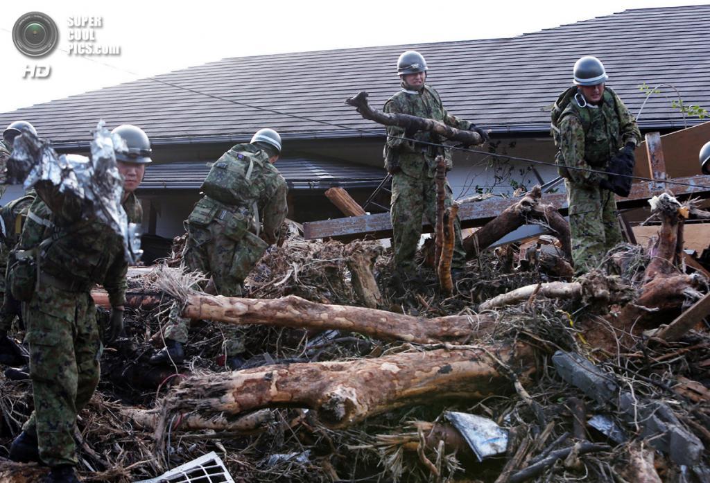 Япония. Осима, Токио. 16 октября. Солдаты Сухопутных сил самообороны Японии проводят поисково-спасательные работы. (JIJI PRESS/AFP/Getty Images)
