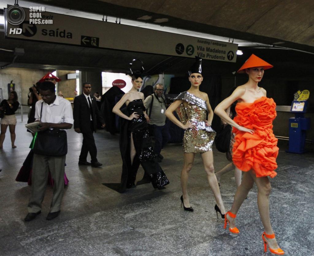 Бразилия. Сан-Паулу. 27 октября. Модели презентуют новую коллекцию в метрополитене на Неделе моды в Сан-Паулу. (REUTERS/Paulo Whitaker)