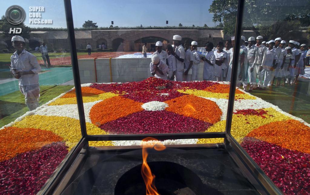 Индия. Нью-Дели. 2 октября. Пылающий вечный огонь в мемориальном комплексе Махатмы Ганди. (AP Photo/Saurabh Das)