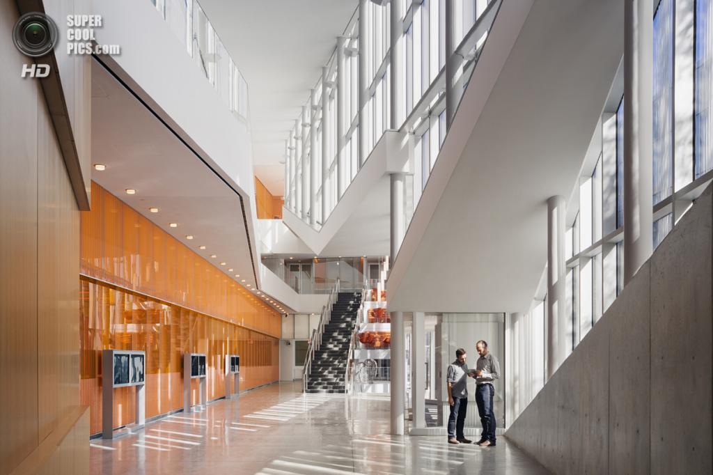 США. Филадельфия, Пенсильвания. Центр нанотехнологий им. Кришны Сингха, спроектированный Weiss/Manfredi. (Albert Večerka/Esto)