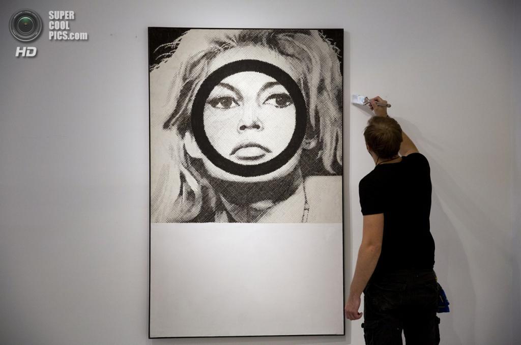 Великобритания. Лондон. 8 октября. Работа Джеральда Леинга «Brigitte Bardot» на пресс-показе выставки «When Britain Went Pop!» в галерее Christie's Mayfair. (AP Photo/Matt Dunham)