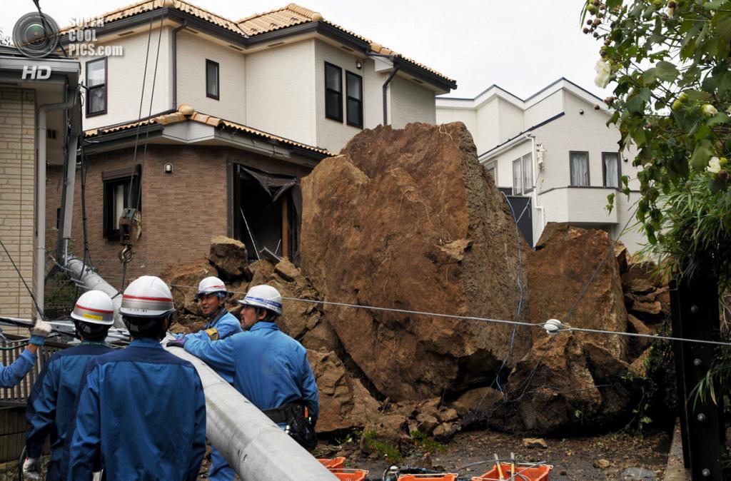 Япония. Камакура, Токио. 16 октября. Последствия тайфуна «Випа». (JIJI PRESS/AFP/Getty Images)