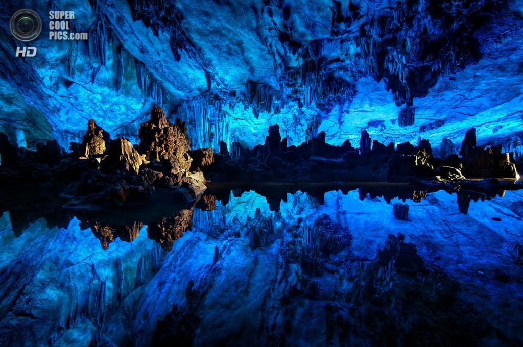 Китай. Гуйлинь, Гуанси. Пещера тростниковой флейты. (Ben Ashmole)