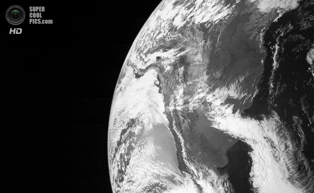 9 октября. Фотография Земли, сделанная космическим аппаратом «Юнона» во время пролёта на расстоянии 558 км от поверхности. Используя силу тяжести родной планеты зонд получил ускорение для достижения своей конечной цели — Юпитера. Снимок сделан камерой JunoCam. «Юнона» была запущена с космического центра Кеннеди во Флориде 5 августа 2011 года. Достигнув пояса астероидов при помощи ракеты-носителя Атлас-5, космический аппарат под действием гравитации Солнца вернулся во внутреннюю область Солнечной системы, где ему должна помочь ускориться и добраться до газовых гигантов гравитация Земли. По плану, он достигнет Юпитера 4 июля 2016 года. (NASA/JPL-Caltech/Malin Space Science Systems)