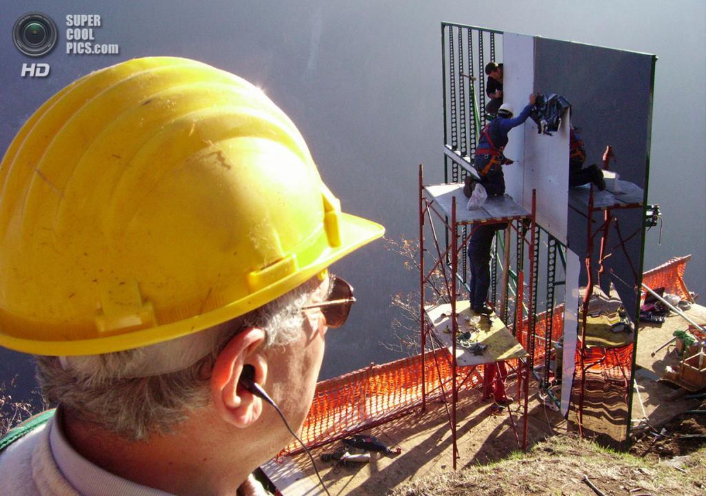 Италия. Виганелла, Пьемонт. 24 января 2007 года. Рабочие устанавливают дополнительные зеркала. (ANDREAS SOLARO/AFP/Getty Images)