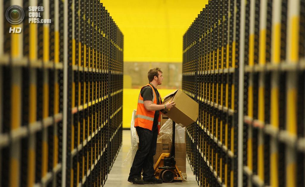 Великобритания. Данфермлин, Шотландия. 15 ноября 2011 года. Работник самого большого склада Amazon.com в Великобритании, трудоустроившем 750 человек. (REUTERS/Russell Cheyne)